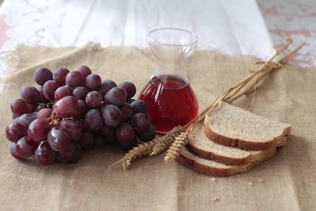 Trauben, Wein und Brot auf einem Tisch